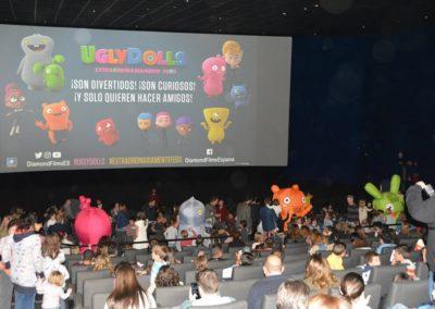 espectadores-y-muñecos-en-sala-cine-kinepolis-premiere-ugly-dolls