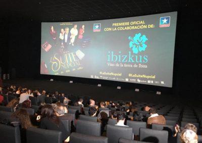 asistentes-a-premiere-la-suite-nupcial-entrando-en-sala-cines-kinepolis-para-disfruatr-de-la-pelicula
