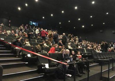 asistentes-dentro-de-sala-cine-kinepolis-antes-de-ver-premiere-suite-nupcial