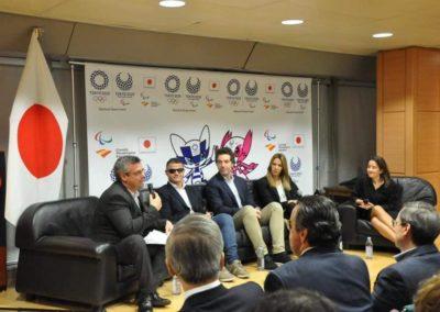 participantes del coloquio hablando de la evolución de los juegos paralimpicos